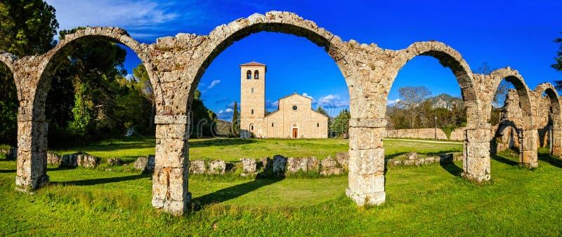 Godsdienstige monumenten van Italië - Abbey San Vincenzo al Volturno binnen stock foto's