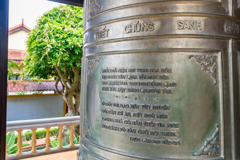 Godsdienstige tekst op oude metaalklok in een pagode in Dalat Vietnam stock afbeelding
