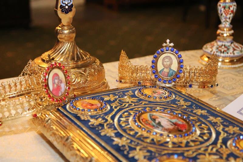 Godsdienstige voorwerpen voor huwelijksceremonie stock afbeelding