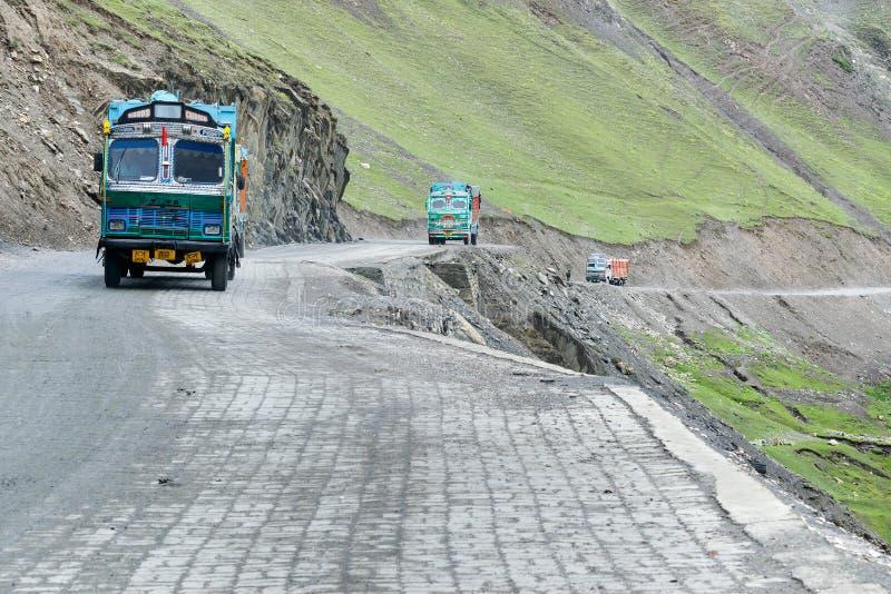 Godslastbilar som passerar till och med Zoji La, passerar, den Srinagar Leh huvudvägen arkivbild
