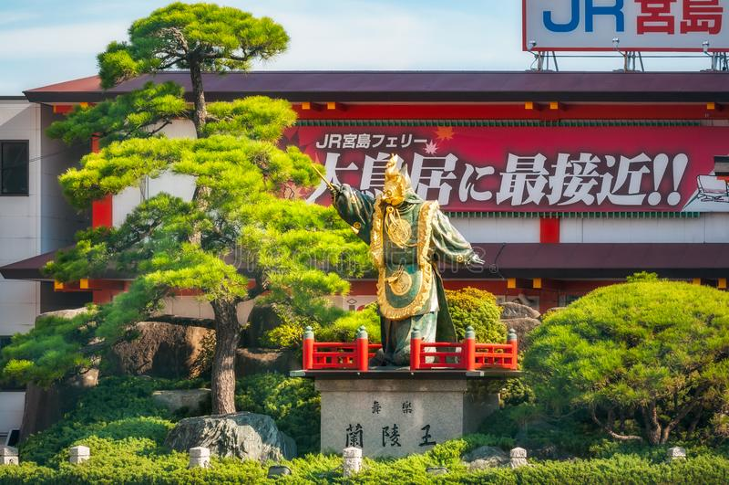 Godsstandbeeld en kleine tuin bij veerbootterminal voor Miyajima-eiland, Japan stock afbeeldingen
