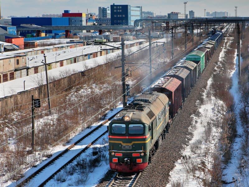 Godståget bär last på järnvägsspår. fotografering för bildbyråer