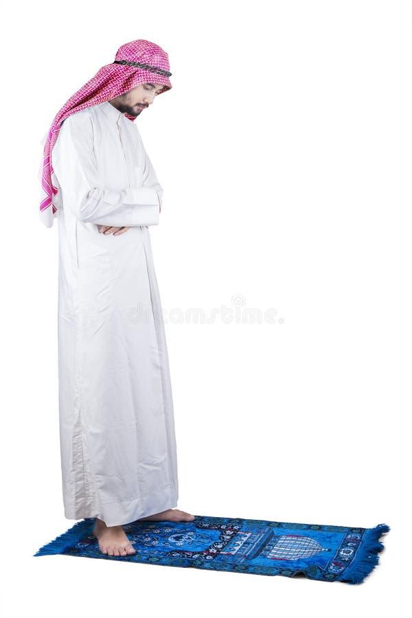 Godsvruchtige Arabische mens die in studio bidden royalty-vrije stock foto
