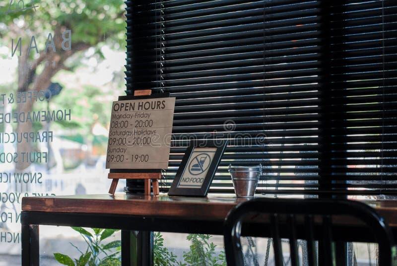 Godzina otwarcia znak przy elegancką kawiarnią zdjęcia stock