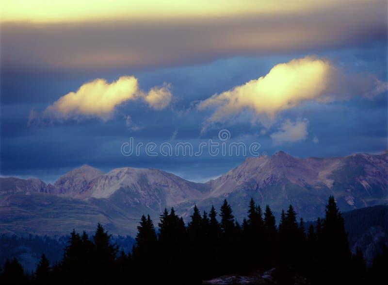 ` godziny ` Magiczny światło wzdłuż krateru Jeziornego śladu w Kolorado ` s San Juan pasmie zdjęcie stock