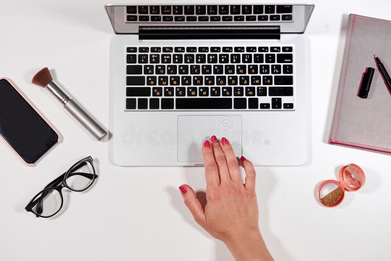 Godziny pracujące sekretarka pisać na maszynie dokument przy pracą fotografia stock