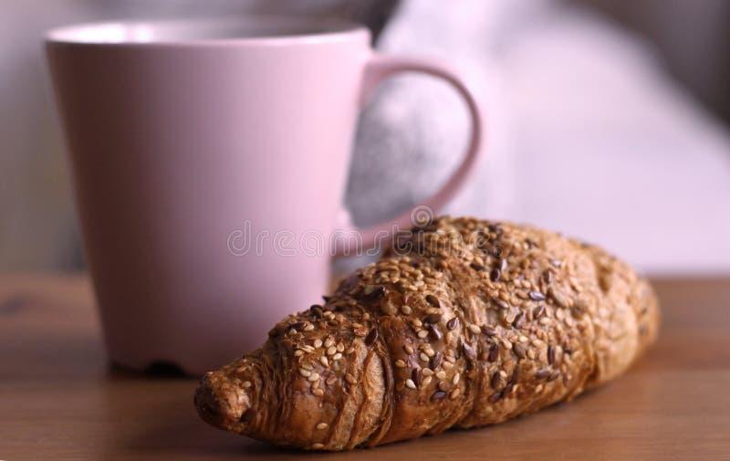 Goed begin aan de dag Het stomen van koffie met croissant Zoete ontbijt Geurige onderbrekingen Koffie Smakelijk Ontbijt royalty-vrije stock afbeeldingen