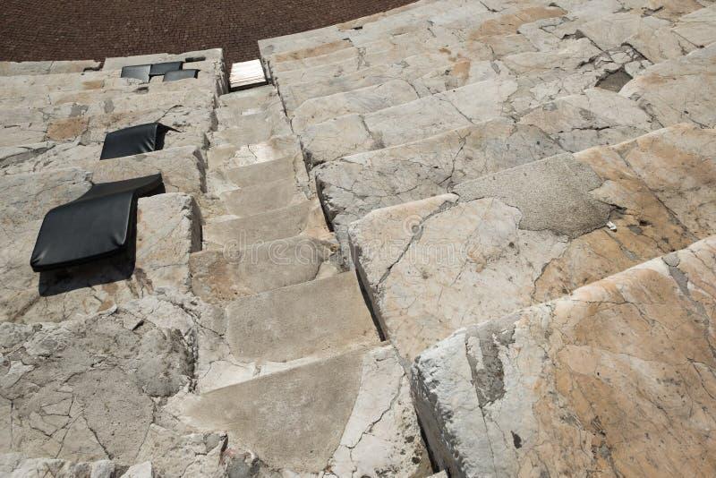 Goed-gebruikte marmeren stappen en plaatsing Plovdiv Roman Stadium royalty-vrije stock fotografie