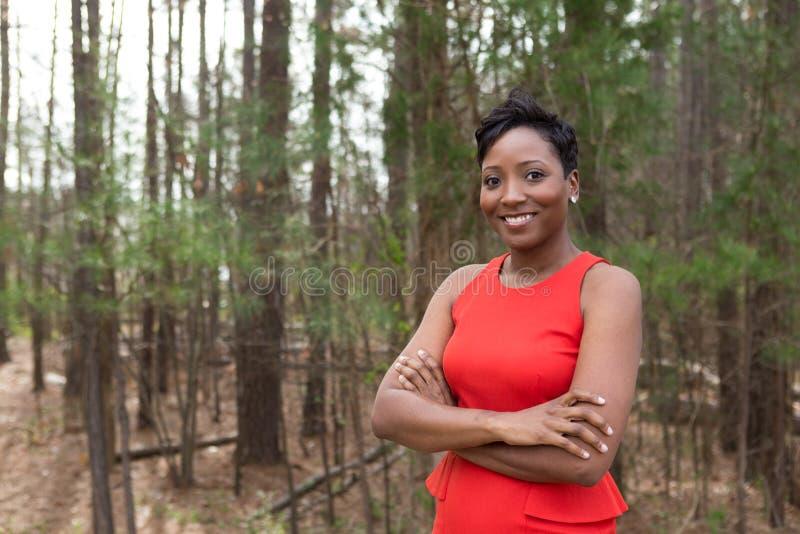 Goed geklede Afrikaanse Amerikaanse vrouw royalty-vrije stock fotografie