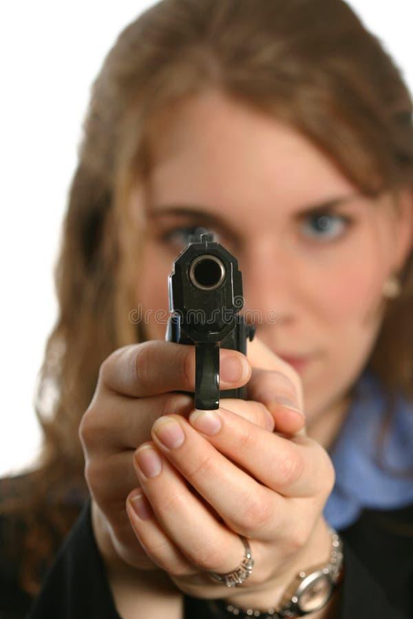 Goed-geklede vrouw die en een pistool bevindt zich streeft royalty-vrije stock foto