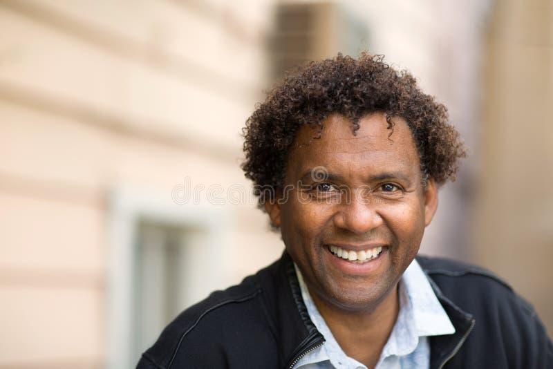 Goed gekleed, gelukkig Afrikaans-Amerikaanse man royalty-vrije stock foto