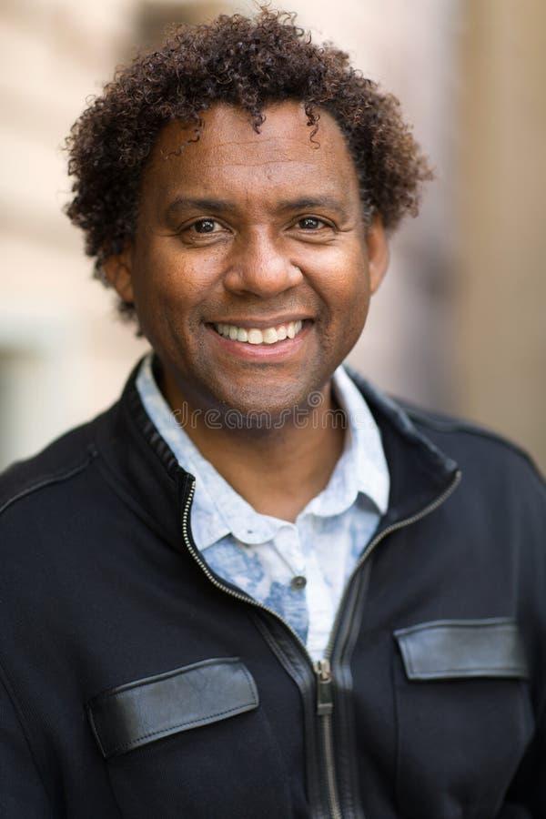 Goed gekleed, gelukkig Afrikaans-Amerikaanse man stock foto's