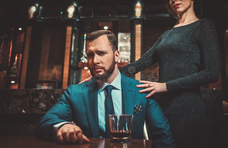 Goed-gekleed paar in het binnenland van de Luxeflat stock foto
