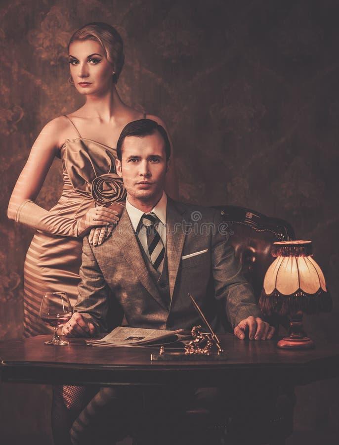 Goed-gekleed paar in kabinet stock afbeeldingen