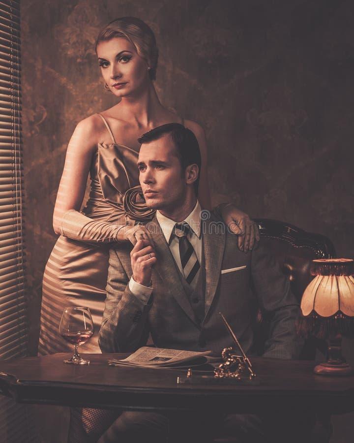 Goed-gekleed paar in kabinet royalty-vrije stock afbeeldingen
