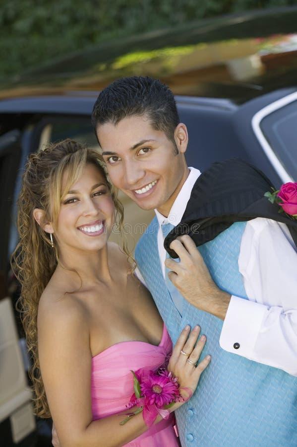 Goed gekleed tienerpaar buiten limo royalty-vrije stock afbeeldingen