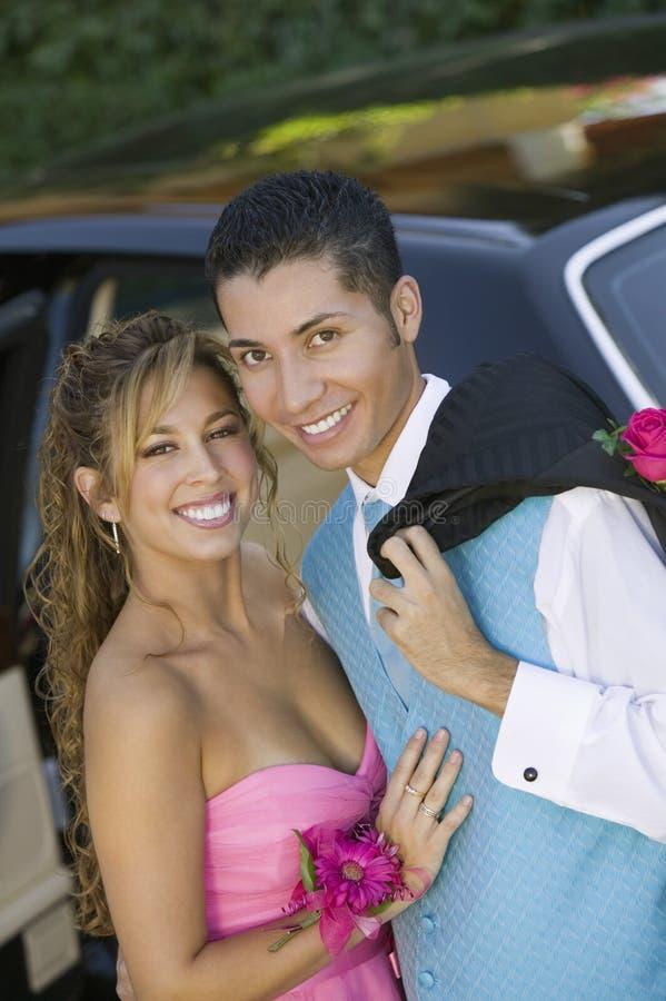 Goed gekleed tienerpaar buiten limoportret stock foto