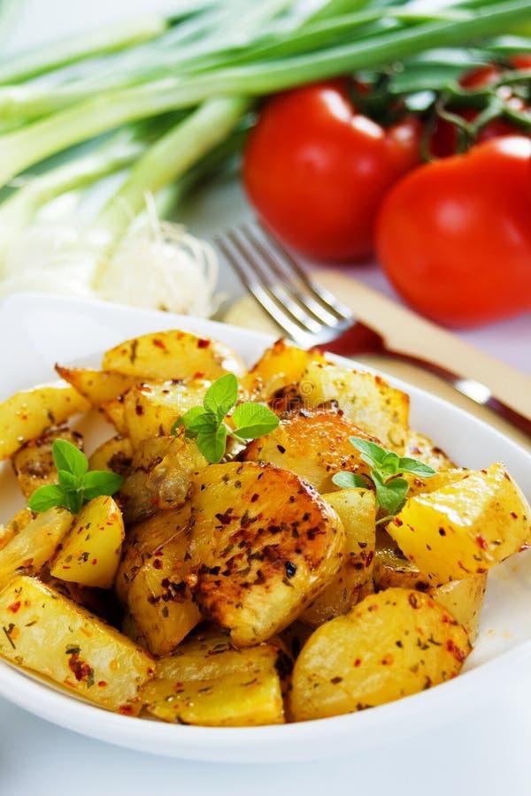 Goed gekruide geroosterde aardappelplakken stock afbeeldingen