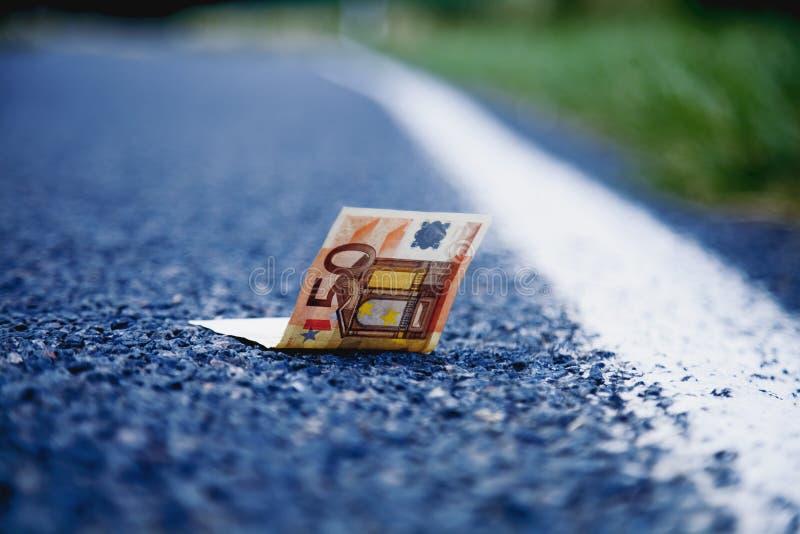 Goed geluk om geld als symbool van winst te vinden Euro bankbiljetten  stock foto's