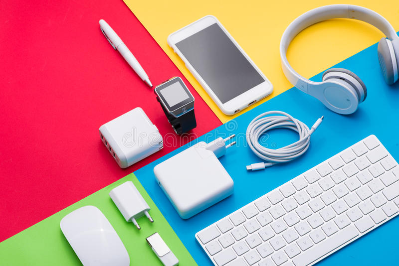 Goed georganiseerde witte bureauvoorwerpen op kleurrijke achtergrond stock foto's