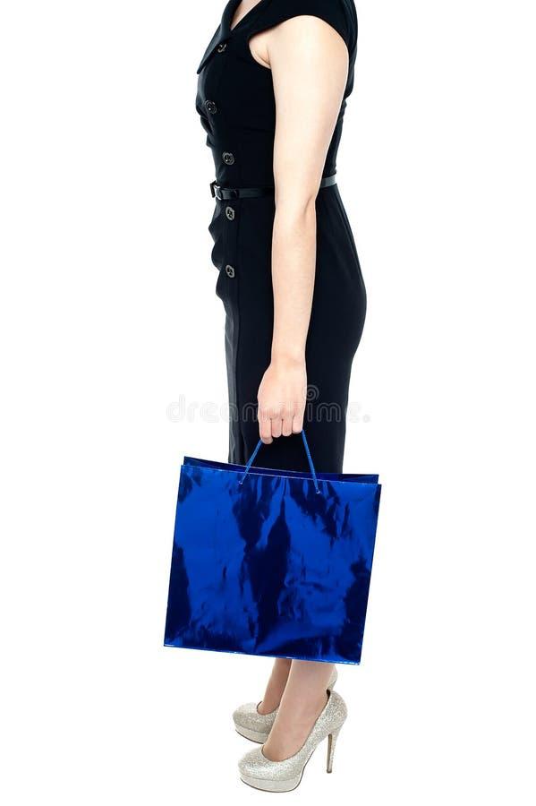 Goed gevormd vrouw met het winkelen zak ter beschikking royalty-vrije stock foto