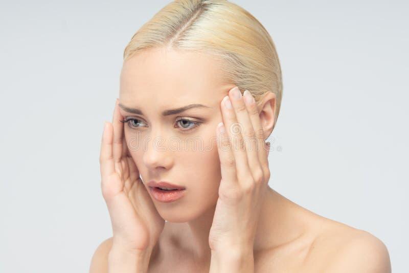 Goed gevormde mensenhand met verwonding die over wit wordt geïsoleerd Jonge vrouw met het raken van haar keel stock foto's