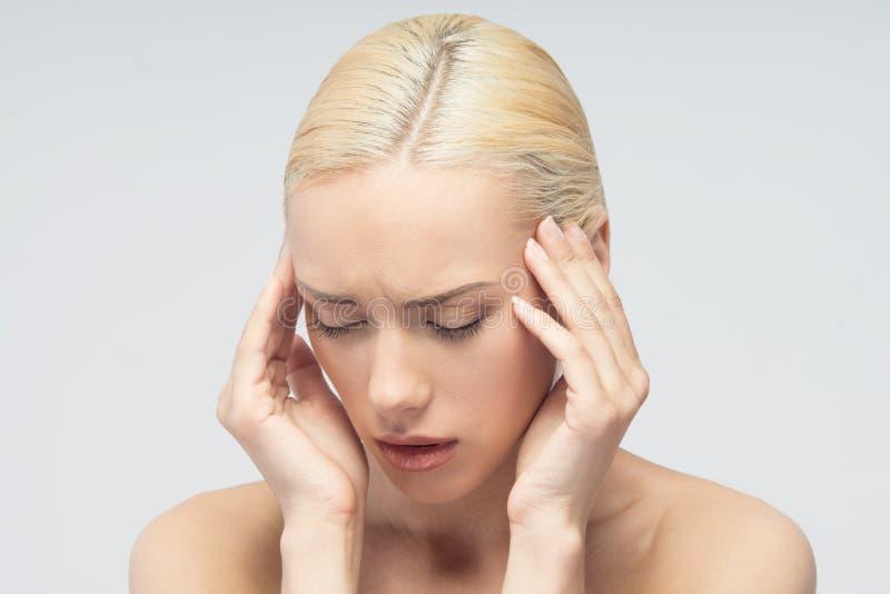 Goed gevormde mensenhand met verwonding die over wit wordt geïsoleerd Jonge vrouw met het raken van haar keel stock afbeelding