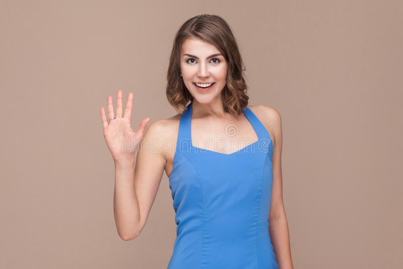 Goed hallo! Bedrijfsvrouw die hello teken tonen bij camera royalty-vrije stock afbeeldingen