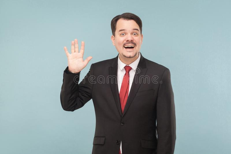 Goed, hallo! Positieve werkgever die hello teken, het toothy glimlachen tonen stock foto