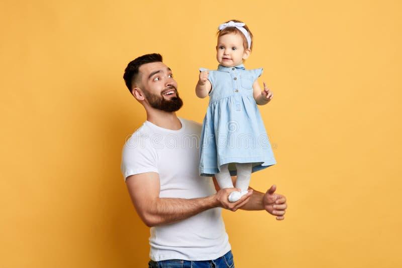 Goed verband tussen ouder en kind Gelukkige onvergetelijke ogenblikken stock fotografie
