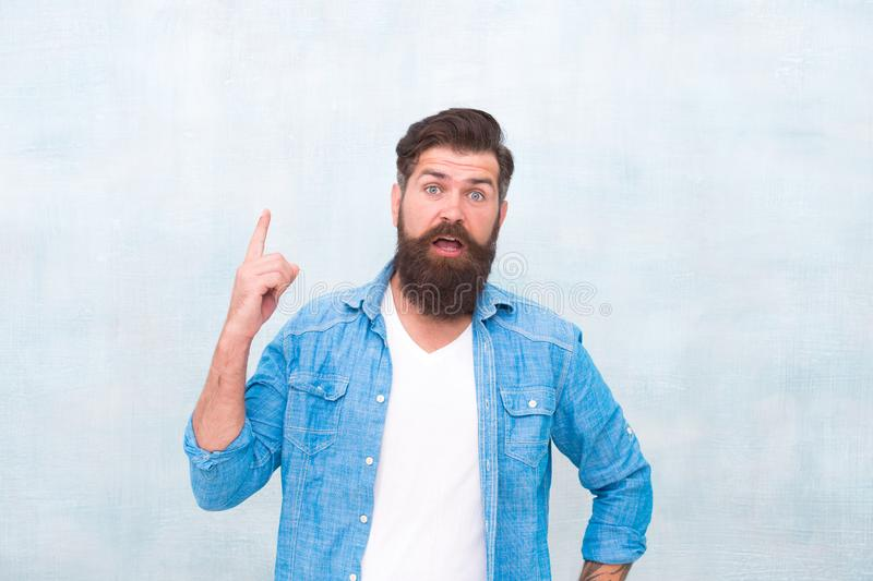 Goed verzorgde macho Hipster met baard en snor het overhemd van het slijtagedenim Mannelijk schoonheidsconcept Brutale knappe hip royalty-vrije stock foto's