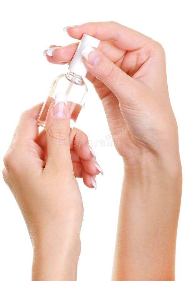 Goed-verzorgde vrouwelijke handgreep de fles royalty-vrije stock afbeelding