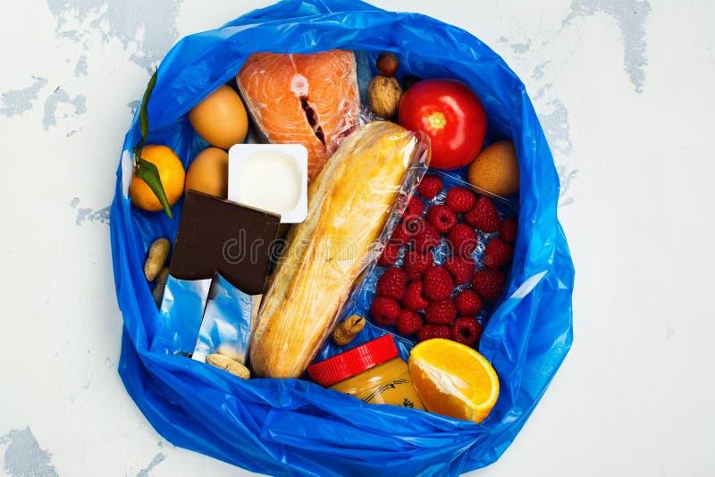 Goed voedsel in vuilniszak royalty-vrije stock foto's