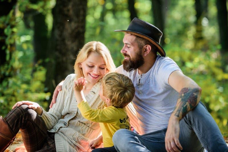 Goede dag voor de lentepicknick in aard Onderzoek samen aard Het concept van de familiedag Mammapapa en jong geitjejongen die ter stock foto's