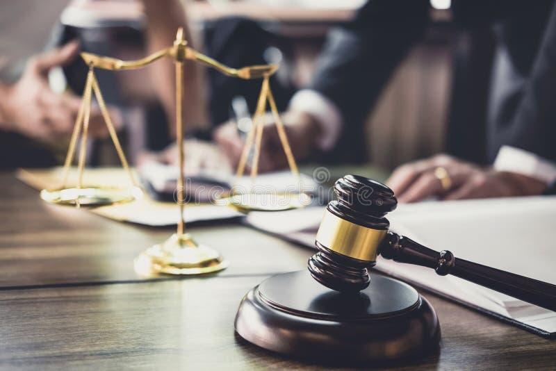 Goede de dienstsamenwerking, Overleg met Zakenman en Mannelijke advocaat of rechtersadviseur die teamvergadering met cliënt hebbe stock afbeelding