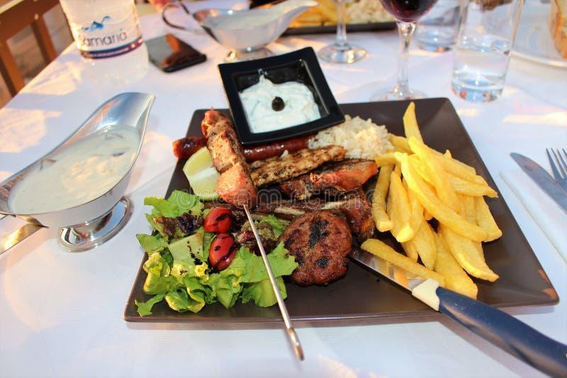 Goede Griekse vleespennen voor diner stock afbeeldingen