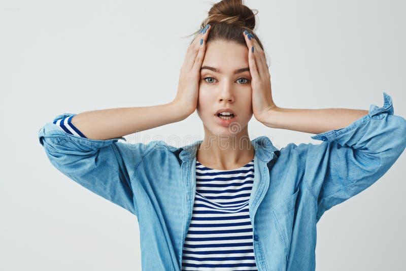 Goede huid van de glamour ziet de aantrekkelijke moderne jonge modieuze 25s vrouw, die handen houden open mond onder ogen kijkend stock afbeeldingen