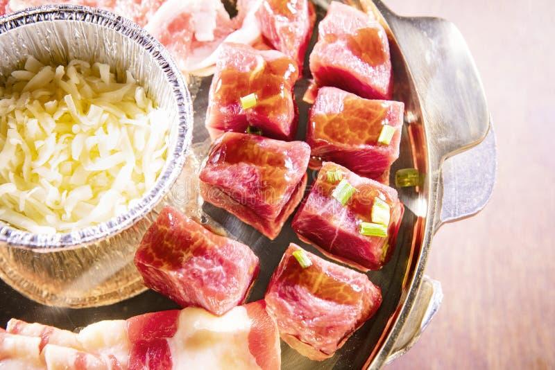Goede kwaliteitsrundvlees met kaas bij metaal het pan voorbereidingen treffen voor het koken stock afbeeldingen