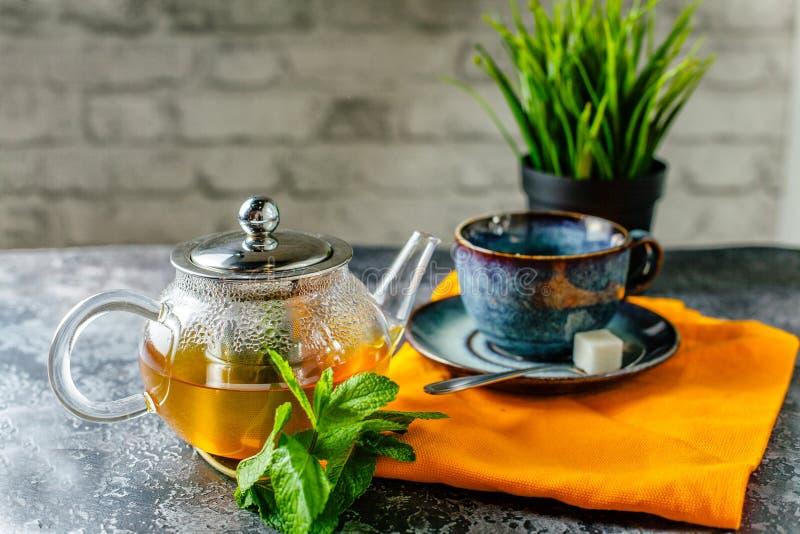 Goedemorgen en groene thee met niet hete munt, nog stock afbeelding