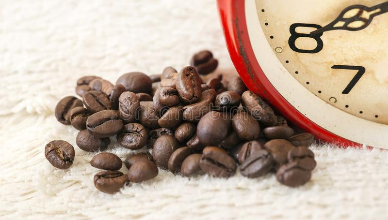 Goedemorgen! Koffiebonen en oude uitstekende wekker royalty-vrije stock foto's