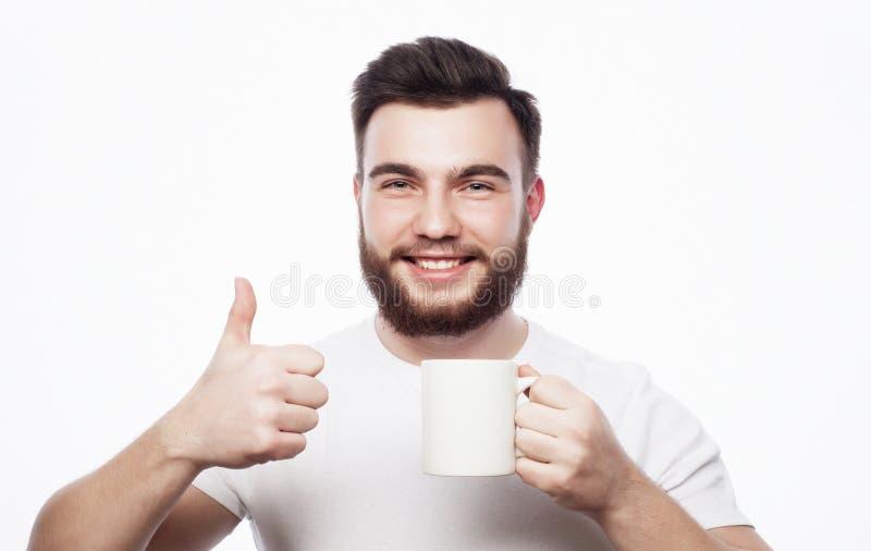 Goedemorgen, mens die een kopthee houden Klok als koffiekop, krant en pen royalty-vrije stock afbeelding
