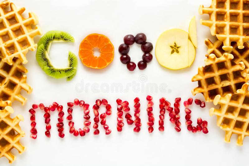 Goedemorgenconcept ` Goedemorgen` woorden met stukken fruit en granaatappelzaden worden opgemaakt dat royalty-vrije stock foto