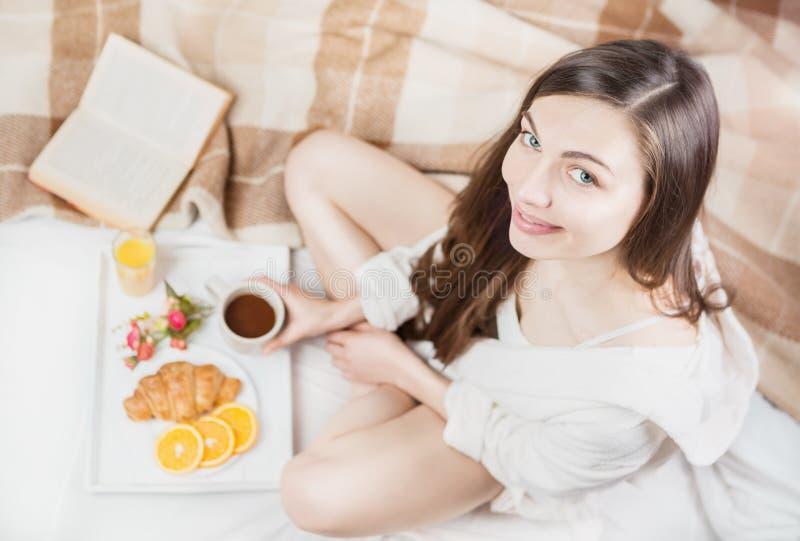 Goedemorgenmeisje in het bed stock fotografie