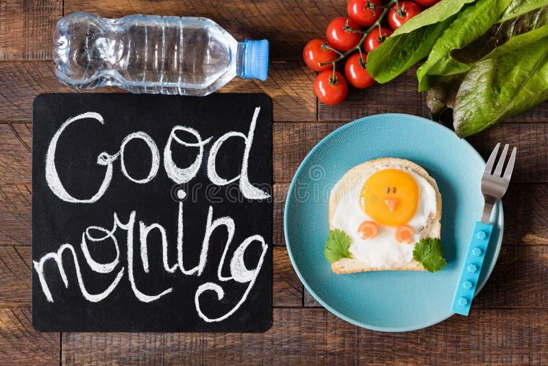 Goedemorgenontbijt voor Jonge geitjes De Sandwich van de Schoolmaaltijdkip stock fotografie