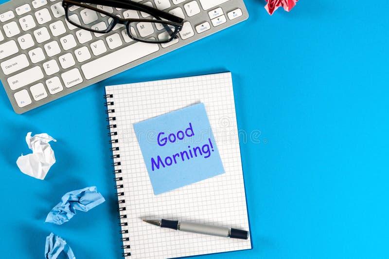 Goedemorgenwensen in nota bij werkplaats op kantoor of huis Met lege ruimte voor tekst, model stock foto