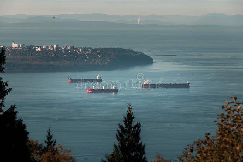 Goederenschepen die verankerd zijn in de boardingang bij Point Grey in Vancouver, BC stock fotografie