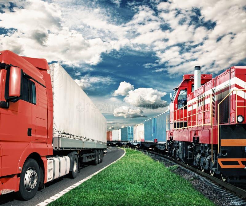 Goederentrein en vrachtwagen - vervoersconcept royalty-vrije stock afbeelding