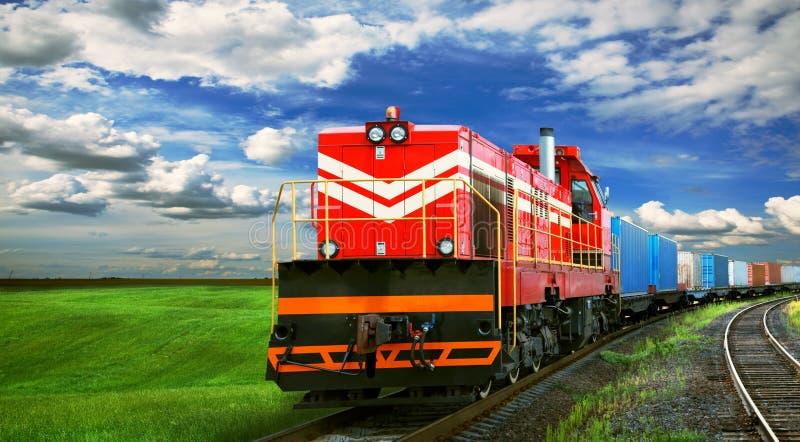 Goederentrein op spoorweg royalty-vrije stock afbeelding