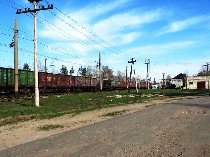 Goederenwagonnen op de spoorweg op een zonnige dag stock fotografie