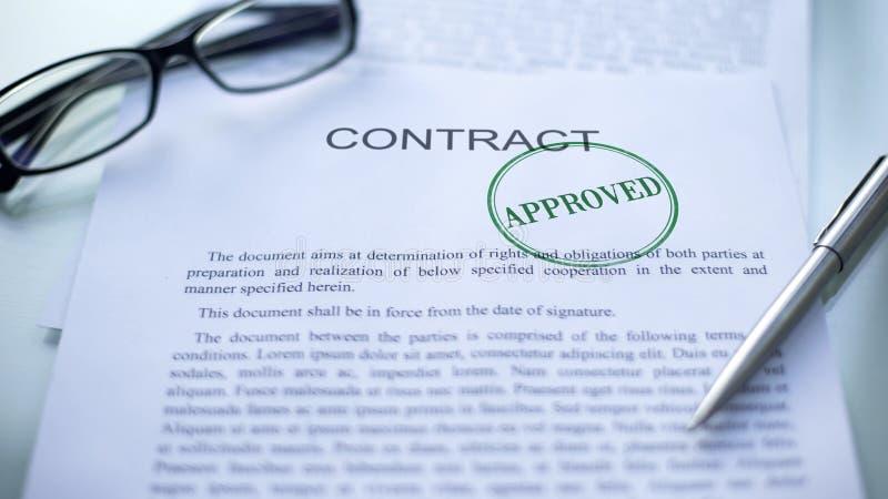 Goedgekeurd die contract, verbinding op officieel document, transactie dicht omhoog wordt gestempeld stock fotografie